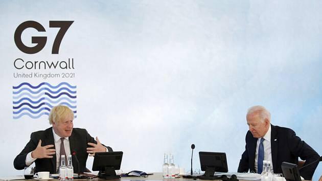 Britský premiér Boris Johnson (vlevo) a americký prezident Joe Biden na summitu G7