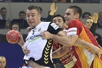 Hvězdného Filipa Jíchu (vlevo) brání hráči Makedonie na mistrovství Evropy.