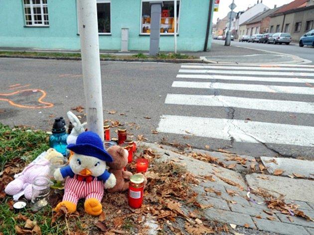 Místo tragické události v Hradci Králové, kde 19. listopadu řidič srazil dvě děti.