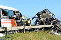 Dva lidé zahynuli při pondělní srážce českého autobusu a slovenského kamionu na maďarské dálnici nedaleko rakouských hranic.