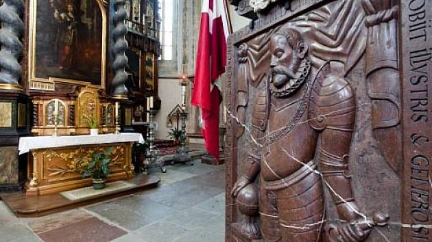 Deska a náhrobek s podobiznou slavného dánského astronoma Tychona Braha v Týnském chrámu v Praze.