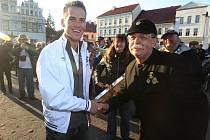 Cyklokrosař Zdeněk Štybar ve Stříbře s fanoušky.