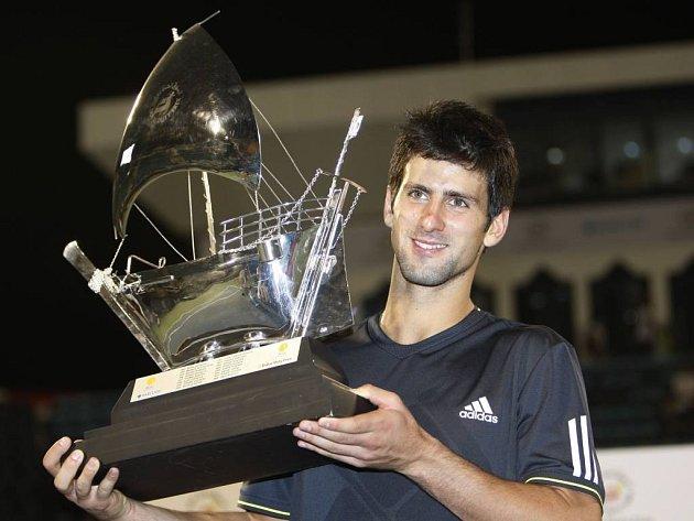 Novak Djokovič s netradiční trofejí pro vítěze turnaje v Dubaji.