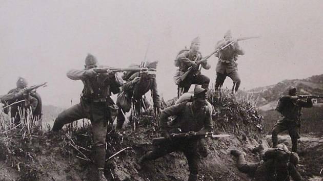 Řecká pěchota útočí během řecko-turecké války na turecké pozice u řeky Ermos