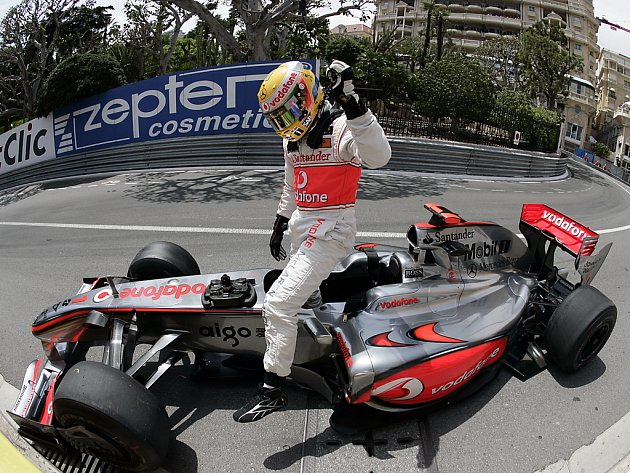 Chvíle zmaru. Lewis Hamilton vystupuje z poničeného McLarenu v kvalifikaci na Velkou cenu Monaka.