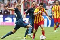 Toni Kroos z Bayernu atakuje barcelonského Messiho.