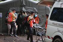 Záchrana chlapců v zatopené jeskyni pokračuje.
