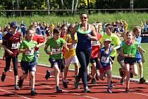 Ludmila Formanová při rozcvičce s dětmi.