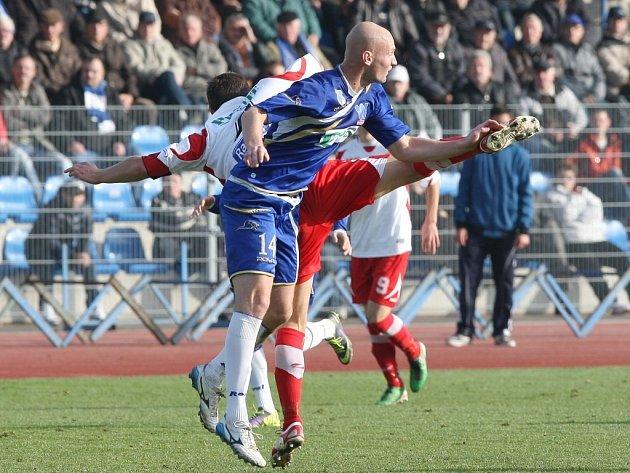 Fotbalisté Ústí (v modrém) proti Zlínu.
