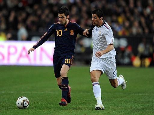 Španělský kanonýr Césc Fabregas (vlevo) se snaží obehrát Francouze Yoanna Gourcuffa.