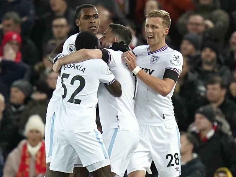 Radost fotbalistů West Hamu, vpravo je Tomáš Souček.