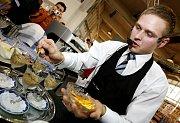 Student pražského gymnázia Tomáš Frýda připravuje svou kávu