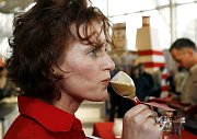 Porotkyně degustuje kávu připravenou Sandrou Burdovou