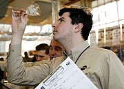 Porotce kontroluje čistotu skleniček jednoho z účastníků soutěže 5. mistrovství baristů ČR