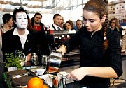 Sandra Burdová připravuje svou kávu během soutěže 5. mistrovství baristů ČR