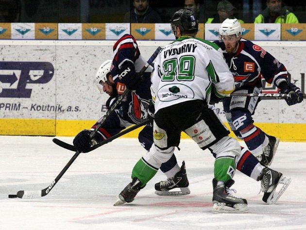 David Výborný z Mladé Boleslavi (uprostřed) proti Chomutovu.