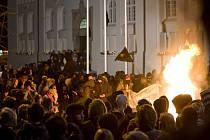 Protivládní demonstranti obklopují vatru před Národním divadlem v islandském Reykjavíku.