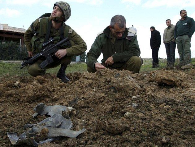 Izraelští vojáci zkoumají zbytky rakety, která přilétla z Libanonu.