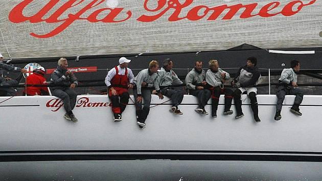 Novozélandská jachta Alfa Romeo na startu 65. ročníku závodu ze Sydney do Hobartu.