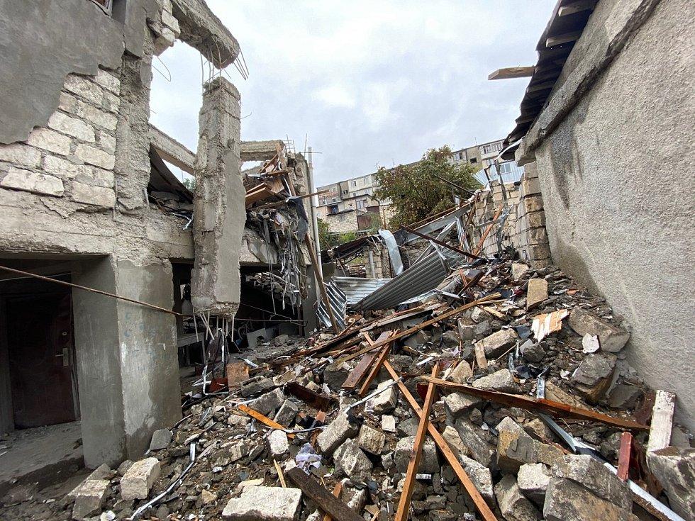 Rozbořený dům po náletech v hlavním městě Náhorního Karabachu Stěpanakertu.