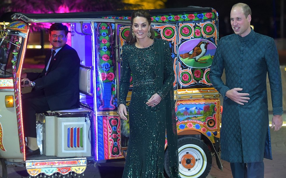 Večerní slavnostní recepce, kde William zaujal tradičním pákistánským oděvem.