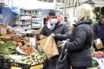 Obyvatelé italské Lombardie vychází do ulic výhradně s ochrannými rouškami.