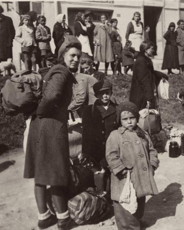 Maminka Františka společně s kluky při evakuaci ze Slovenska v říjnu 1944.