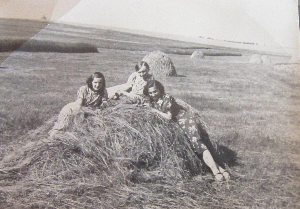 Marie Dedeciusová na rodinném poli v Novostavcích na Volyni
