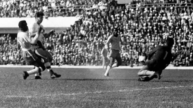Český fotbal opustila legenda. Josef Masopust během finále MS 1962