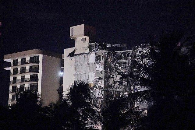 Nedaleko amerického Miami Beach se zřítila část výškové budovy.
