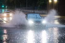 Ulice německých měst zaplavila velká voda. Padající strom v Dortmundu zabil ženu.
