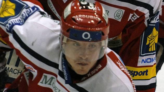Útočník Moelleru Pardubice Zdeněk Ondřej.