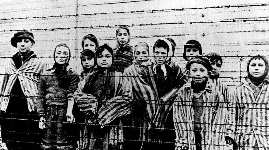 Záběr dětí, který při osvobození tábora Auschwitz pořídil Alexander Voroncov z filmového štábu Rudé armády. Většina z nich jsou židovské děti ze Slovenska.