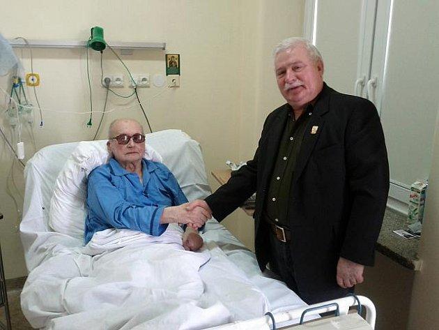 Bývalý polský prezident a legendární vůdce odborového hnutí Solidarita Lech Walesa navštívil v nemocnici churavějícího bývalého komunistického generála a politika Wojciecha Jaruzelského.