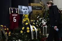 S Václavem Drobným se přišli rozloučit kamarádi, spolupracvníci i fanoušci.