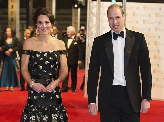 V obecenstvu při udílení cen BAFTA bylo mnoho celebrit včetně nejsledovanějšího páru britské královské rodiny - prince Williama a jeho manželky Kate.