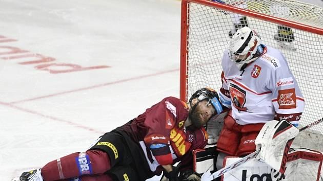 Hokejista Sparty Adam Polášek před hradeckým brankářem Štěpánem Lukešem.
