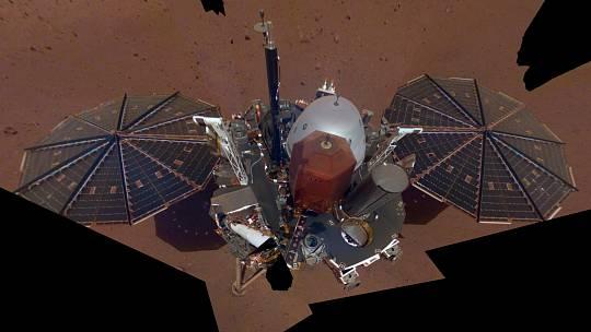 Selfie, kterou na povrchu Marsu pořídila sonda InSight.