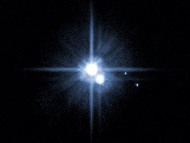 Ačkoli na prvních fotografiích bude Pluto vidět jen jako zářící tečka, využije vedení mise tyto snímky pro zpřesnění navigace tak, aby sonda v červenci proletěla kolem planety co nejvýhodnější drahou.
