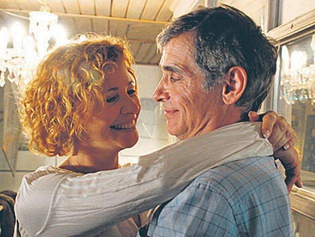 Zralá láska. Helenu a Františka (Kamila Magálová a Oldřich Kaiser) přepadly navzdory dosavadním vztahům i věku velké city...
