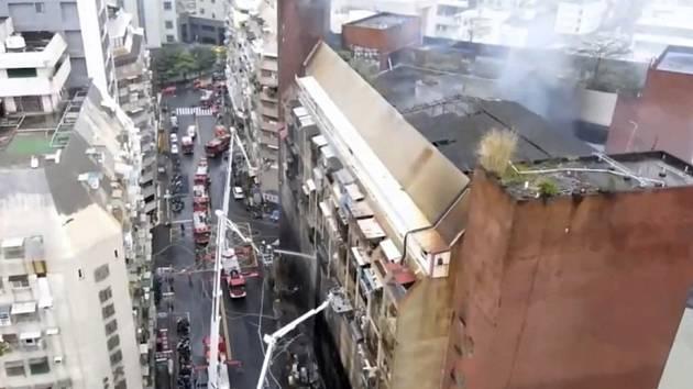 Požár třináctipatrové budovy na Tchaj-wanu ve městě Kao-siung