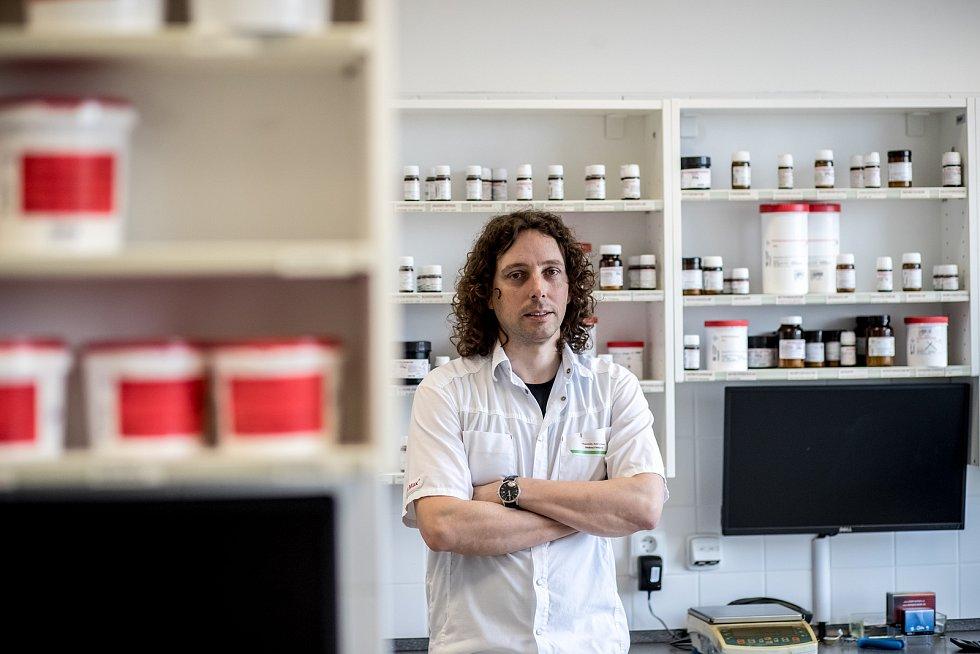 Lékárník Petr Harant, který vede specializovanou laboratoř v Nučicích kousek za Prahou.