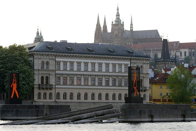 Instalace britského výtvarníka Juliana Opie nazvaná Walking on the Vltava, která je součástí výstavy v Muzeu Kampa.