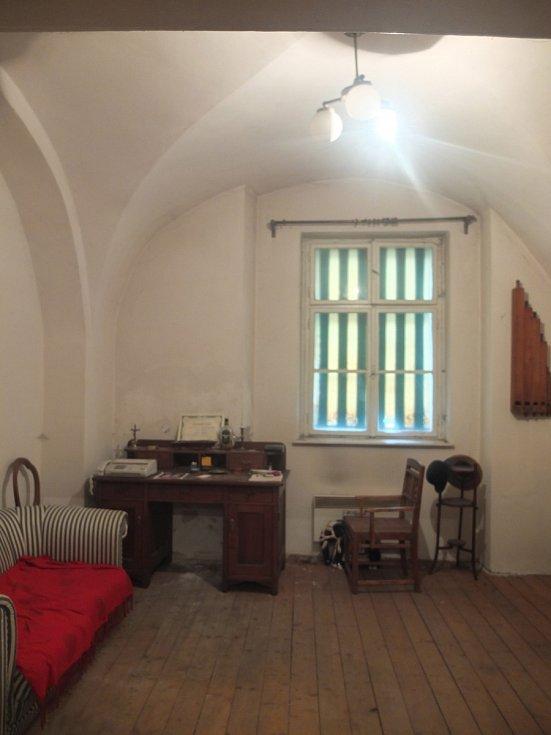 Před: Tmavý středověký byt s bílou výmalbou a hnědým nábytkem oživil dekor oškrabaného stropu, francouzský křišťálový lustr a zařízení ve světlých barvách s barevnými akcenty. Podlaha byla zbroušena a opatřena nátěrem s bílým pigmentem.