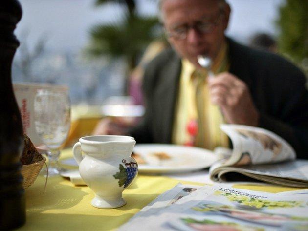 Provozovatel restaurací odměňuje hosty, kteří nekoukají do mobilu. Ilustrační foto.