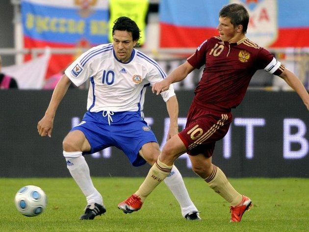 Rus Andrej Aršavin (vpravo) ukopává míč před Finem Jari Litmanenem.