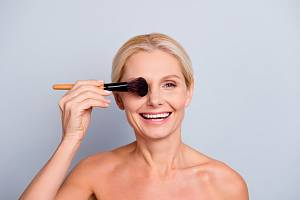 Ženy ve zralém věku někdy zapomínají, že pro líčení v padesáti platí jiná pravidla než ve dvaceti.