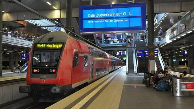 Souprava německých drah Deutsche Bahn (DB) je odstavená na berlínském hlavním nádraží. Nápis upozorňuje cestující, aby do vlaku nenastupovali