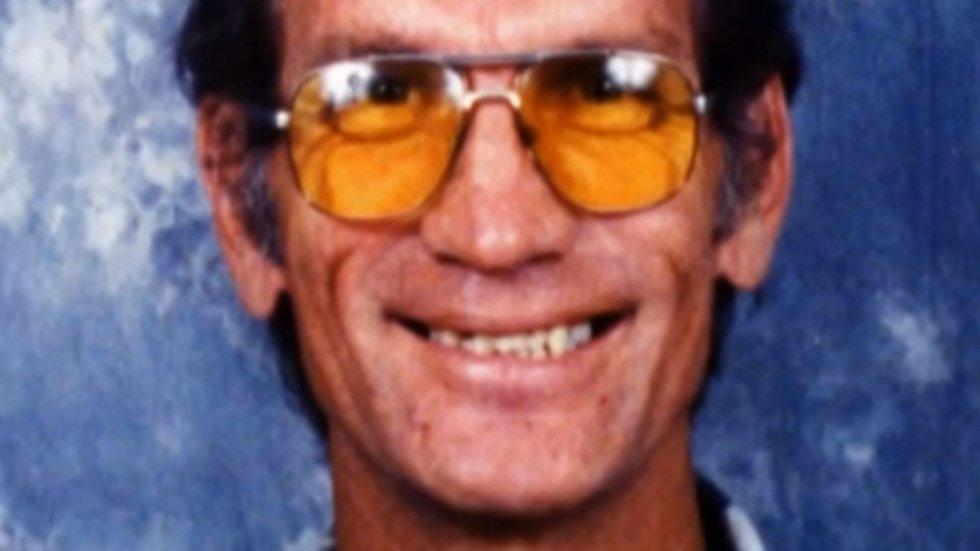 Mezi zavražděné se zařadil i transvestita Barry Lane, vystupující jako Vanessa Laneová