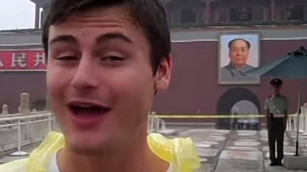 Jack Hyer natočil video pro snoubenku v různých koutech světa.